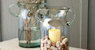 dekorativnaja vaza s vinnymi probkami