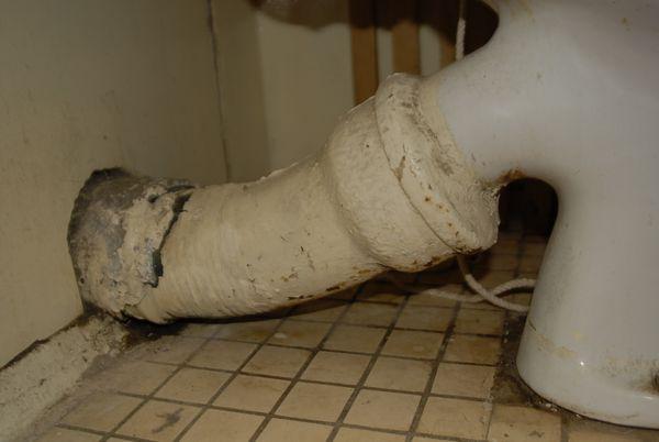 podtekaet kanalizacionnaja truba 3