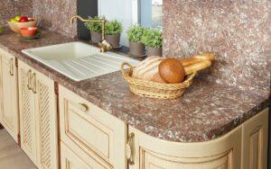 krasivaya stoleshnica iz granitnoj kroshki 1